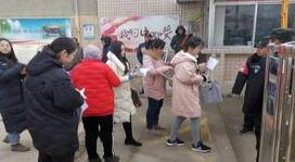 济南历城招聘50名小学老师 笔试考场外排长队男生鲜见