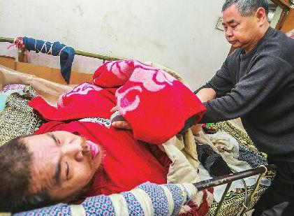 济南男子1岁起瘫痪在床 六兄妹合力照料他62年