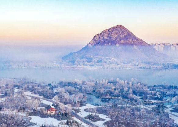 瑞雪过后 济南华山湖山表霁色云雾飘渺
