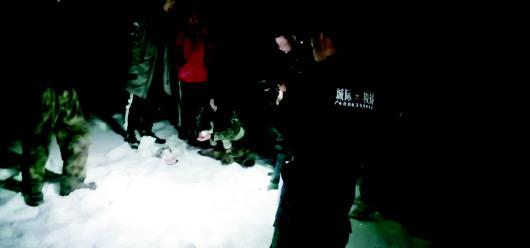 4人迷路被困沂源鲁山山顶 民警救援队消防员进山救人