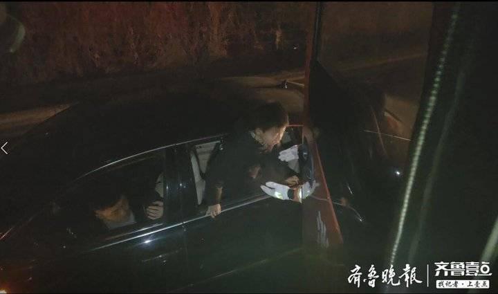 东平一私家车涉水熄火4人被困,消防成功救援
