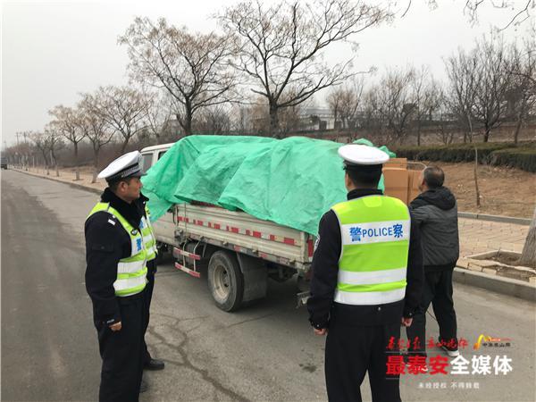 泰安:想赶年集卖烟花爆竹,违规运输车辆被交警截获