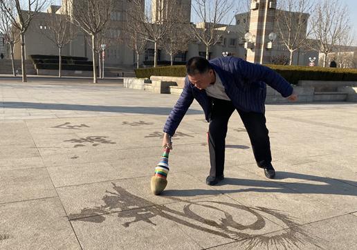 """田治龙:新世纪广场上的""""书法达人"""""""