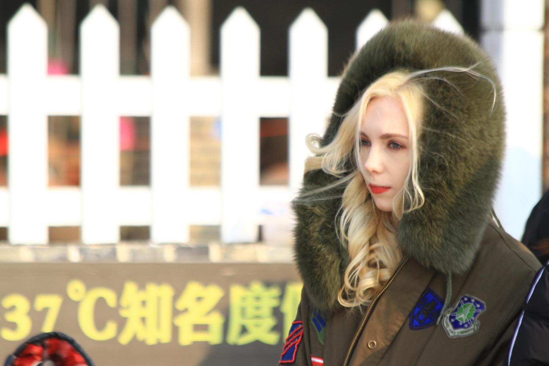 30、在烟墩角村正赶上以大天鹅为题材的电视剧在拍摄。这位俄罗斯姑娘估计是剧中的女一号