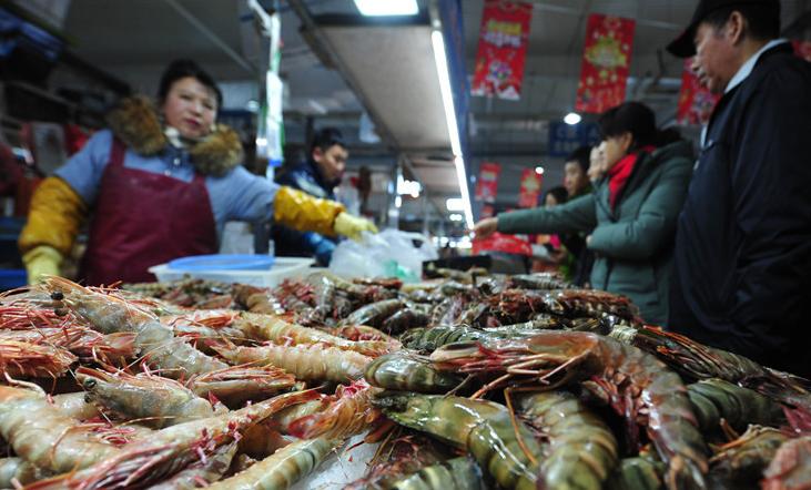 临近春节青岛海鲜市场人头攒动 生意红火