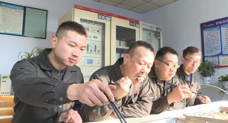 泰山钢铁集团:包水饺、送福字 将新春祝福带给生产一线工人