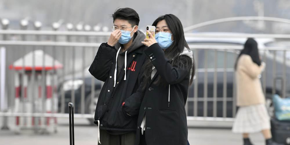 组图:探访节前济南火车站 旅客戴口罩谨慎出行