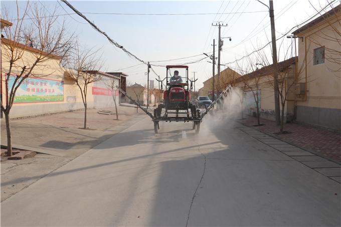 出动机械在村里喷洒消毒液