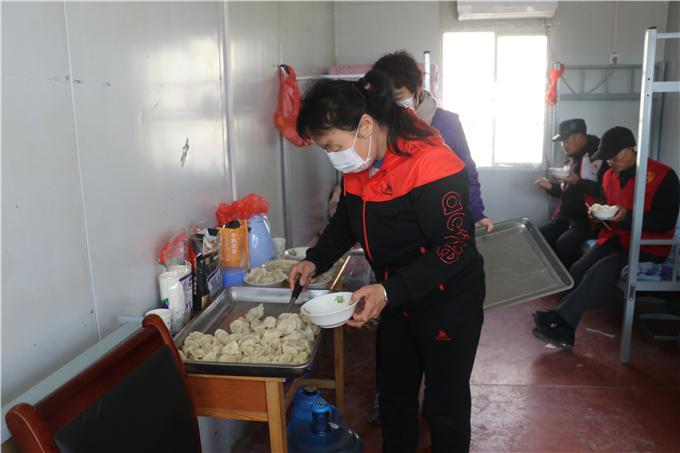 热心村民为值班人员送饺子3