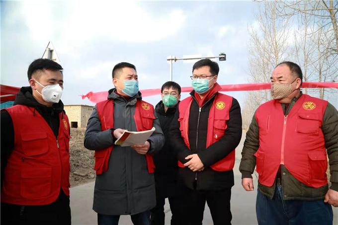 西商村两委在检查站现场办公开会部署值班工作