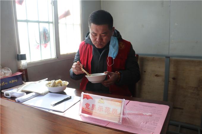 值班人员吃到了热心村民送来的暖心午餐