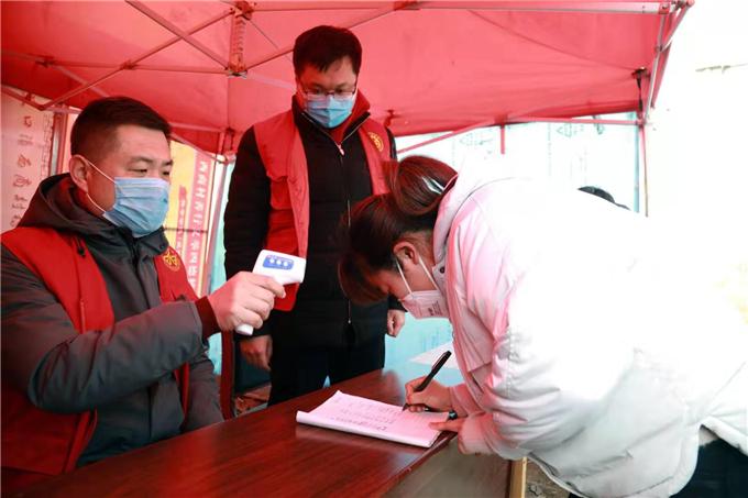 西商村驻村第一书记孙瑞和村支部书记商宝明在检查站值班工作