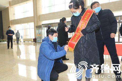 为第二批出征武汉的援湖北医护人员(栾甜)整理绶带