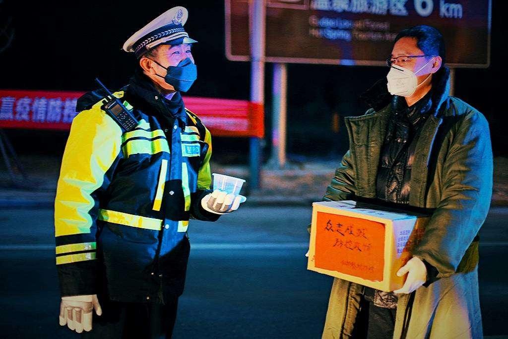 团结社区:元宵佳节慰问一线防疫人员
