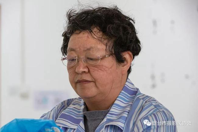 五十五岁的传染科丛主任刚刚值班结束,摘下口罩和护目镜的她满脸都是痕迹