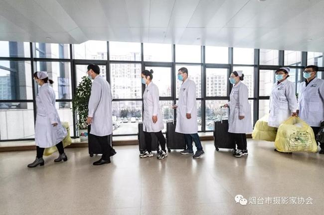 2月4日早晨,五位医务工作者及送行人员列队出发