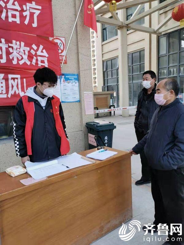 姚劲康在祥云国际居民小区门口参与防疫执勤