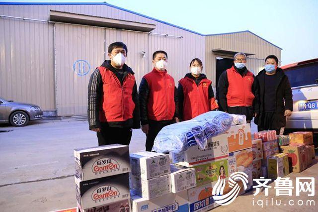 姚军(左二)为瑞洁环卫设备公司捐赠武汉1000支医用垃圾桶运输提供食物