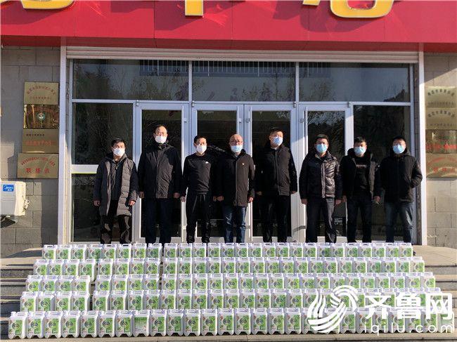 2月18日在翠屏街道向阳社区退役军人服务站门前合影