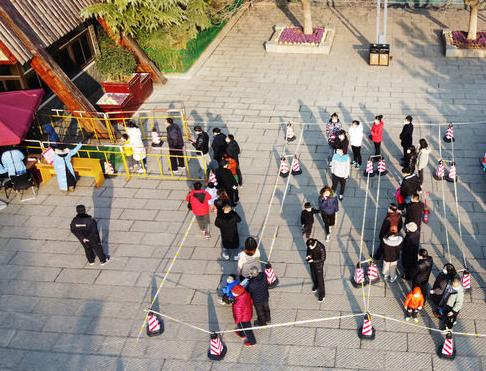 1.5米的距离产生美,济南游客排出教科书式长队
