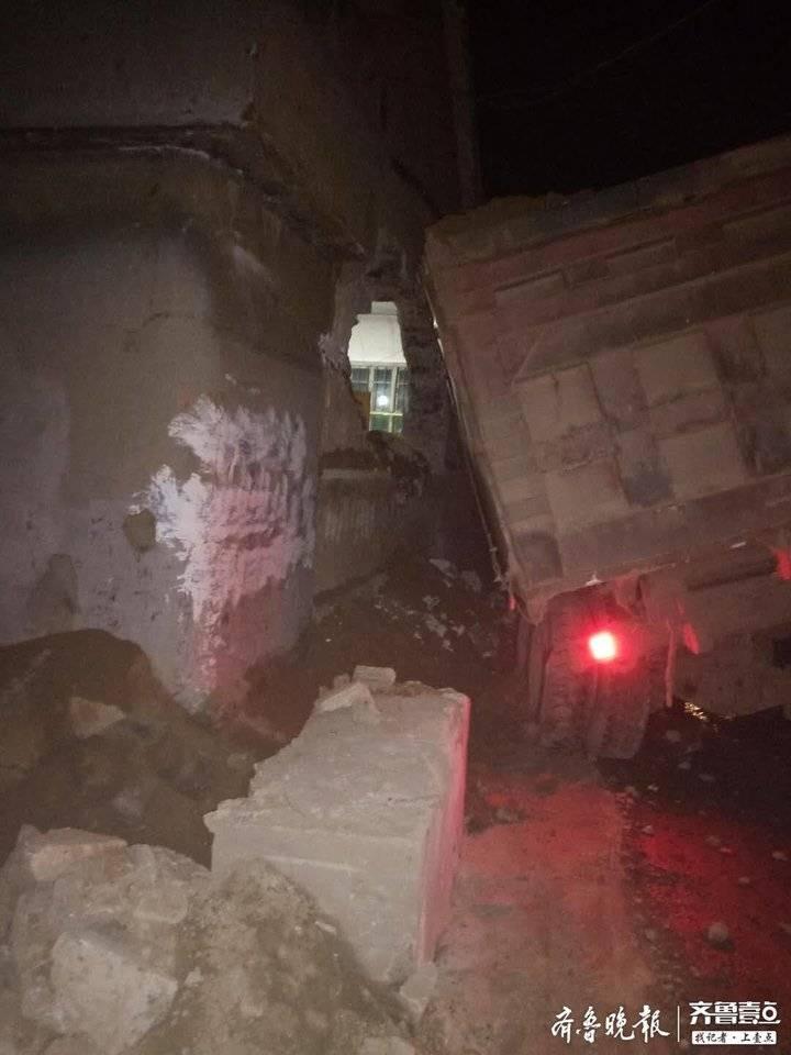 新泰程家峪村一辆大车凌晨撞坏民房,无人员伤亡