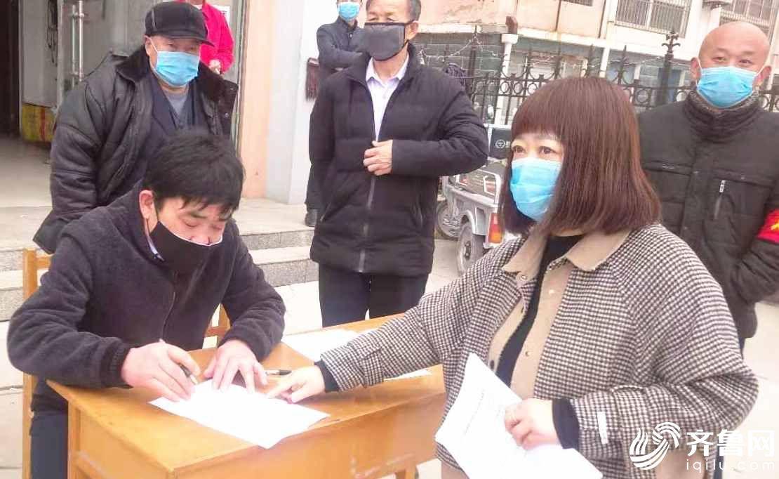 毕新军(左一)带头签疫情防控请战书。