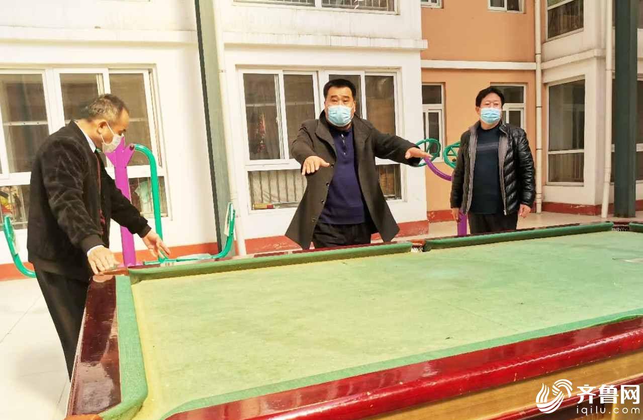 在毕家老年公寓,并肩作战的如意湖社区副主任苏宪军(中)介绍毕新军当时倒下的场景。