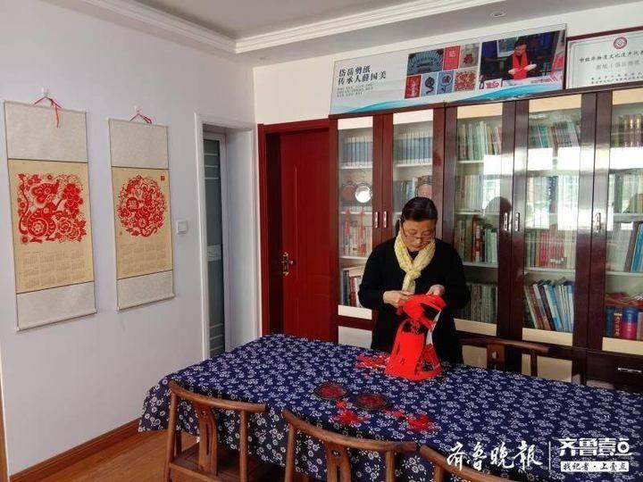 """岱岳剪纸传承人薛国美剪出温暖战""""疫""""剪纸"""