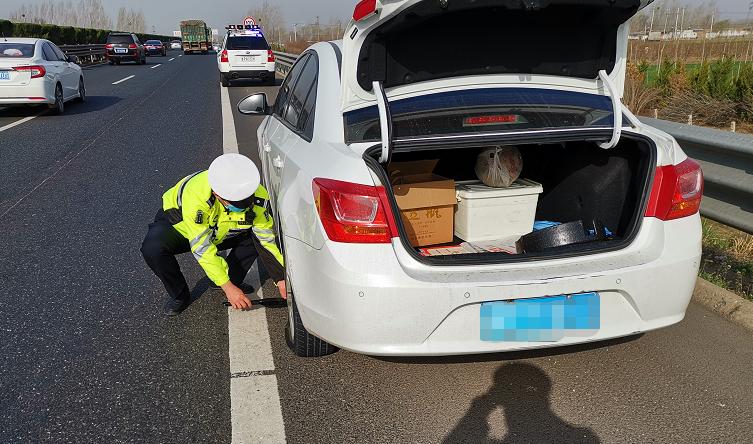 聊城高速交警巡逻途中帮助司机更换轮胎获赞