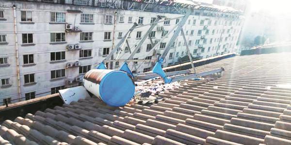 大风吹落太阳能 淄博多个小区楼顶隐患待消除