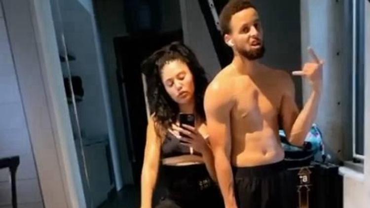 库里晒与妻子居家健身照,身材走形腹肌全无