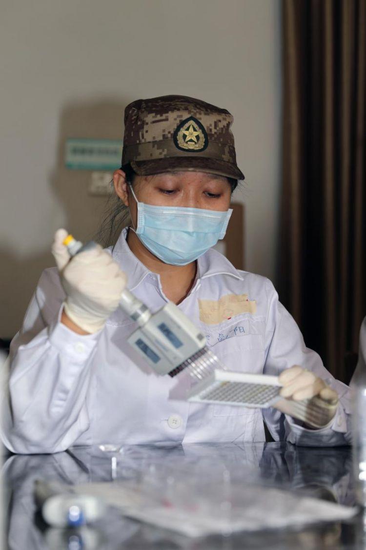 """敢啃""""硬骨头""""的军中女博士奋战在新冠病毒检测一线"""