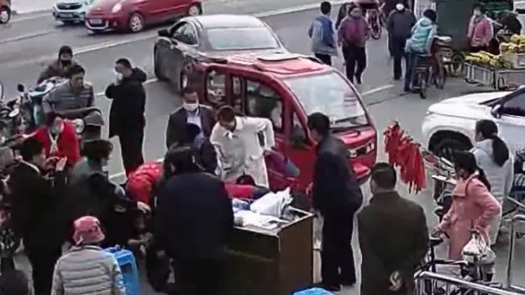 40秒|滨州惠民一老人小区门口突发晕倒 众人相助转危为安
