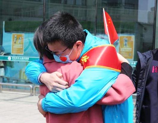 挥泪、拥抱、摸头杀……分别70天,战疫英雄回家