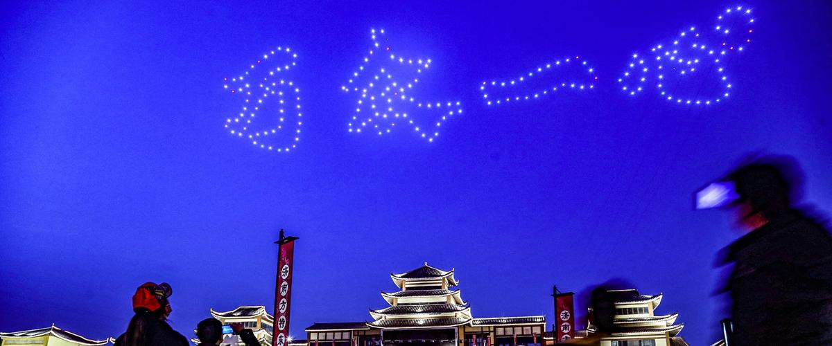 济南:无人机孔明灯秀致敬逆行者