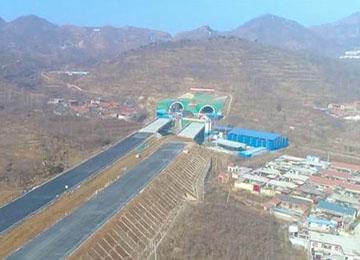 济泰高速泰安段关键性工程大地隧道日前全面贯通