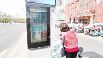 淄博公交调试运行电子站牌 打造智慧公交新形象