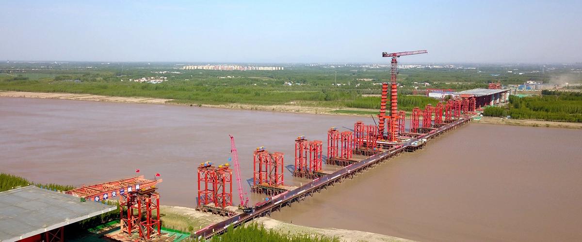 飞吧山东|世界最大跨度三塔自锚式悬索桥!航拍建设中的济南凤凰黄河大桥