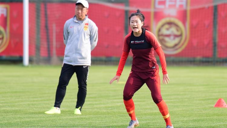 中国女足备战奥预赛 吴海燕专注训练