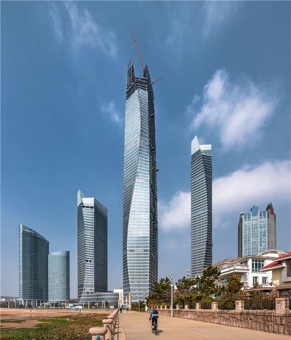 """海天中心主塔楼塔冠钢结构封顶  369米""""身高""""刷新青岛城市空间新高度"""
