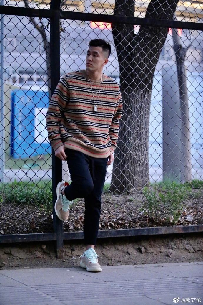 """郭艾伦在自己的社交网络上写道:""""这个人虽然相貌平平,但能拥有这么舒服百搭帅气的鞋真是让人羡慕呀。"""""""