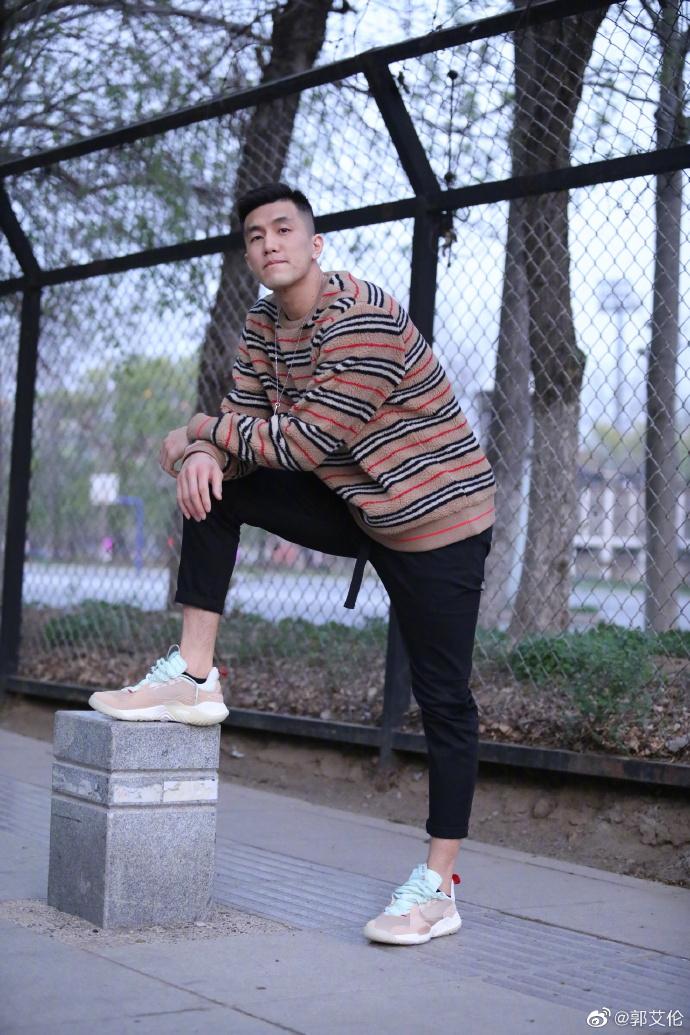 <p>近日,辽宁男篮球员郭艾伦在社交网站上晒出一组时尚大片。照片中他换了三套搭配,都很有范儿。</p>