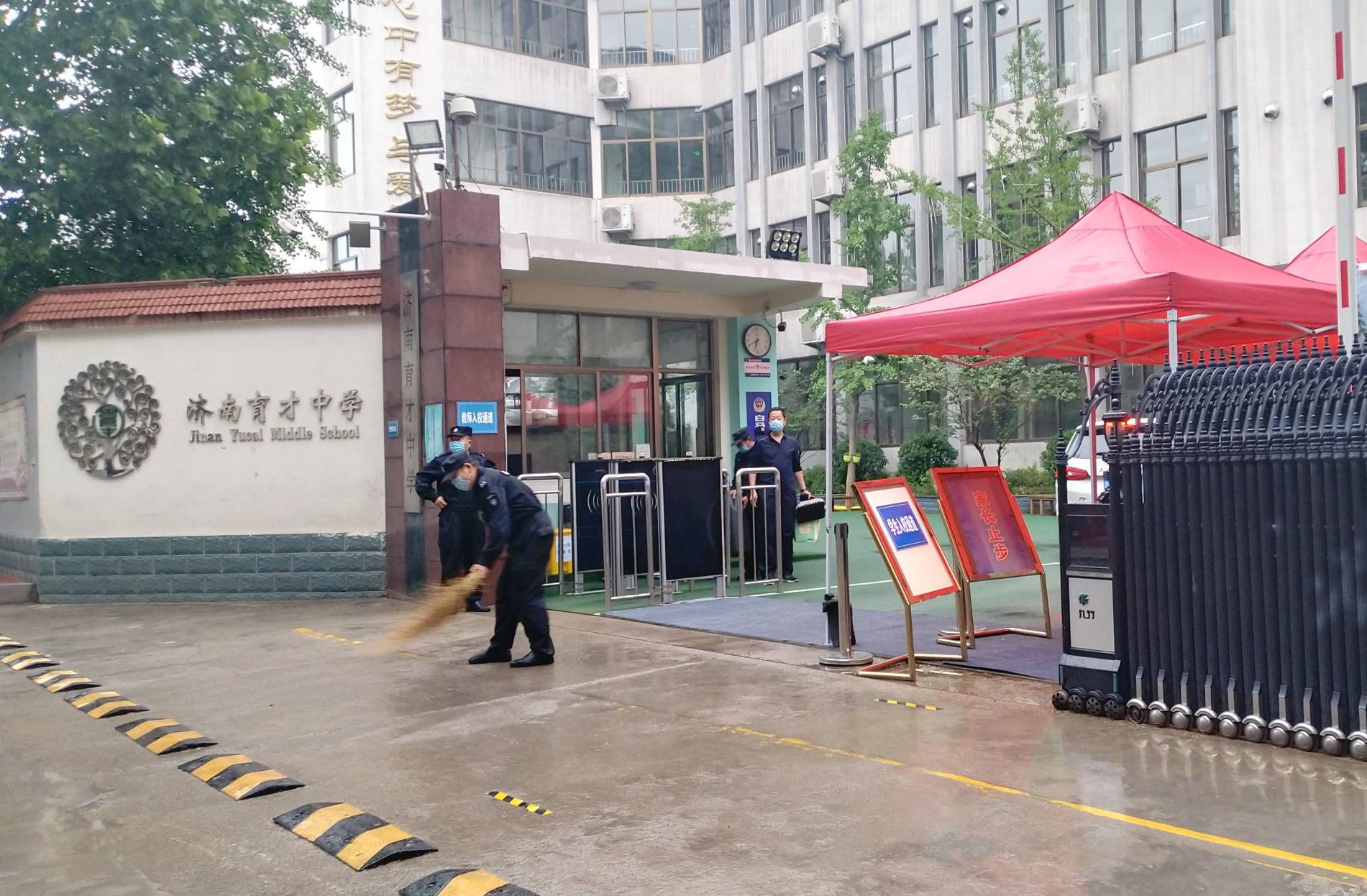 组图:开学啦!济南八万多名初中毕业学生雨中返校