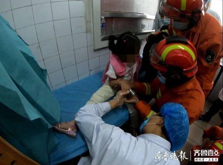 泰安一小女孩手卡地漏,消防紧急救援
