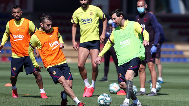 巴萨备战继续 梅西与队友合练
