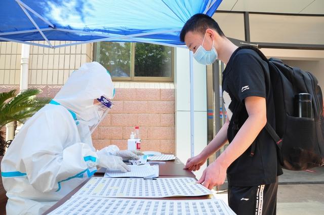 9-5月20日,在德州学院医务室,首批省外非毕业年级学生免费进行核酸检测,学生正在登记个人信息。