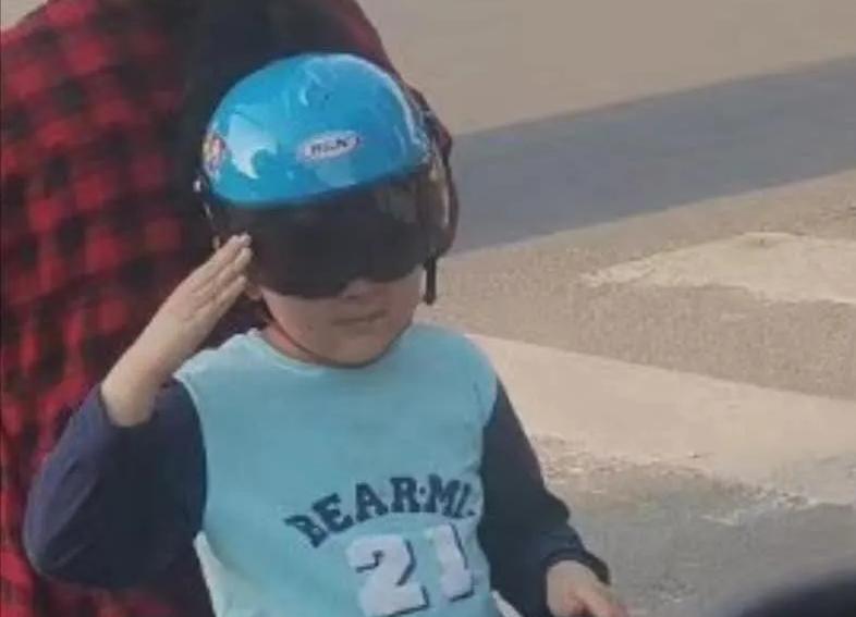 德州小男孩电动车上向民警敬礼:蜀黍很感动,但是有两句话要叮咛…