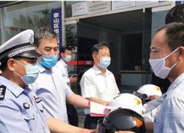 """泰安:警保联动电动车""""买保险送头盔""""活动启动"""