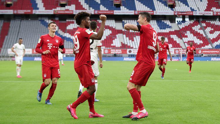 拜仁5-2法兰克福,莱万科曼击掌庆祝
