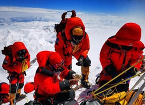 珠峰高程测量登山队成功登顶开展测量工作